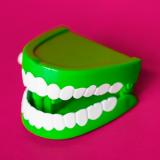 Dentier en plastique vert