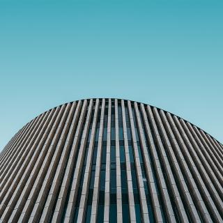 Bâtiment moderne et ciel bleu