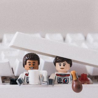 Personnages LEGO et clavier informatique
