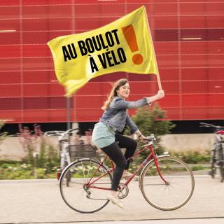 Photo femme avec drapeau au boulot à vélo