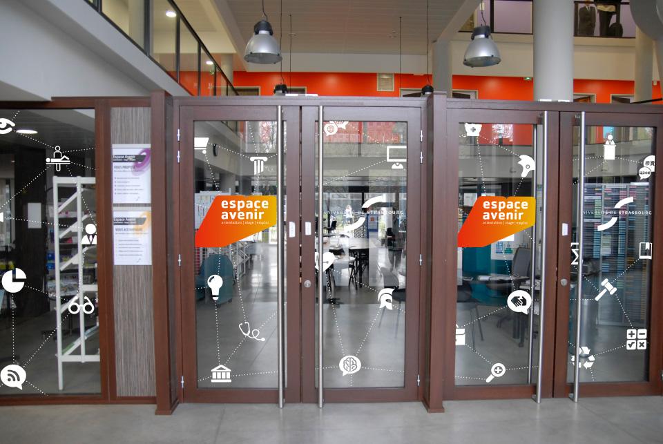 stickers sur portes d'entrée de l'espace avenir