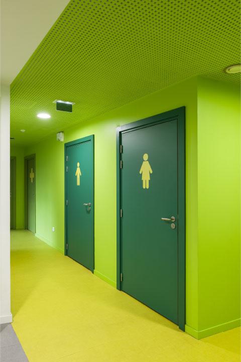 signalétique verte porte des toilettes