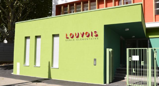 logo rouge en volume sur la façade de l'école louvois Strasbourg