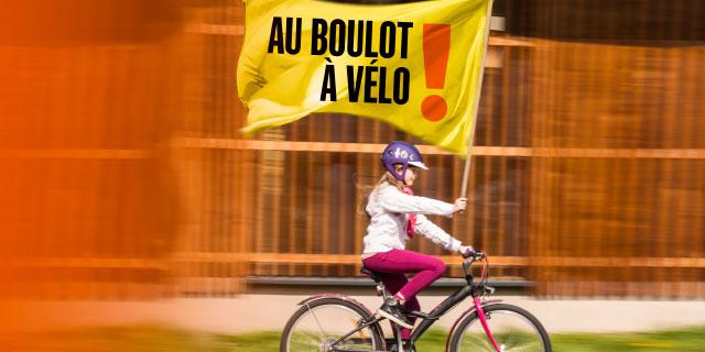photo fillette avec drapeau Au Boulot à Vélo