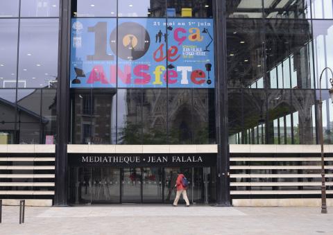 photo bache sur la facade de la médiathèque jean falala